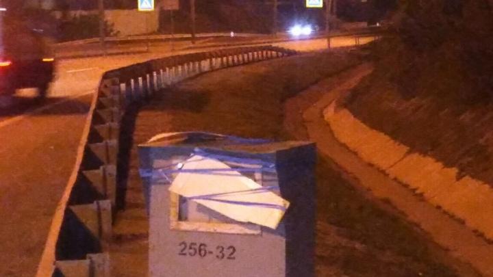 Камеру видеофиксации на въезде в Новосибирск заклеили пенопластом и изолентой