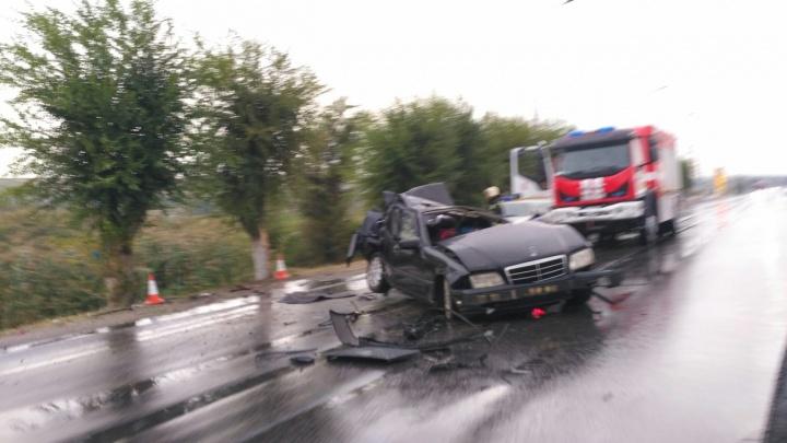 Первый дождь и превышение скорости: на юге Волгограда утром Mercedes превратился в груду железа