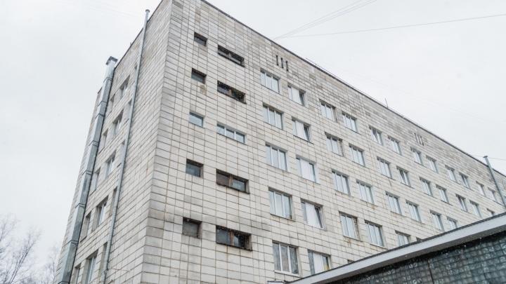 В Перми мужчина погиб, выпав из окна медсанчасти