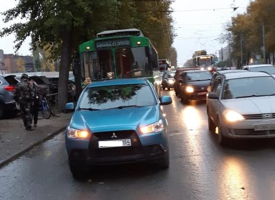 Из-за аварии на Сибиряков-Гвардейцев встали троллейбусы