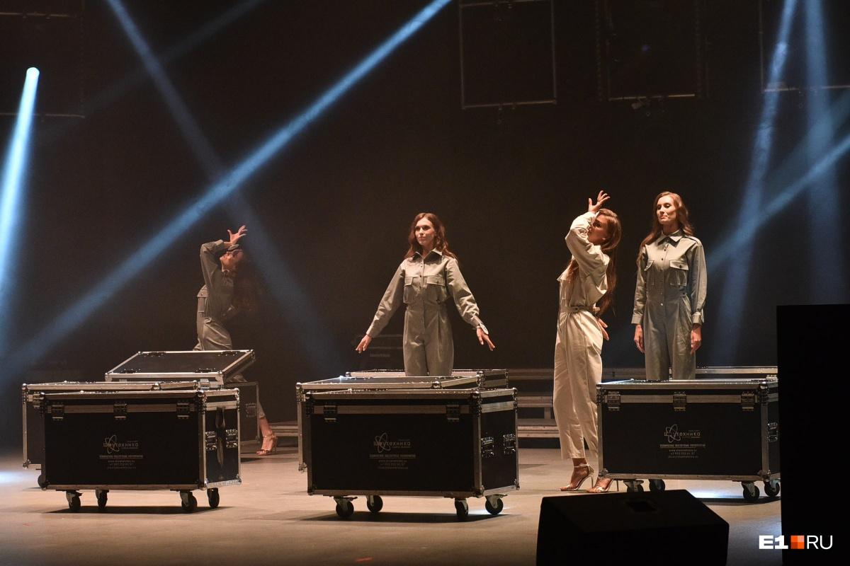 В честь Года театра конкурсантки устроили театрализованное представление на сцене. Сначала они сами были в роли кукол