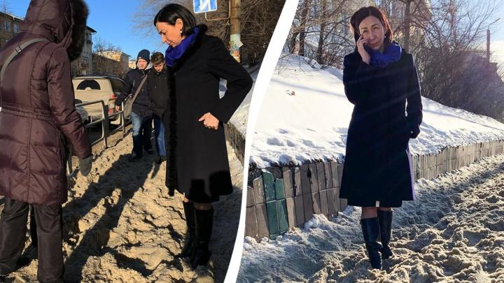 «Ходить пешком непросто»: Наталья Котова после жалоб челябинцев увязла в снегу на тротуарах
