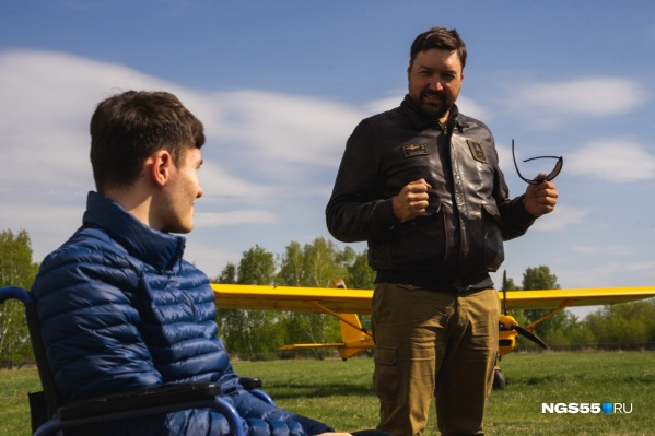 Александр Анисимов (справа) с 16-летним Давидом, который исполнил свою мечту — полетать на самолёте