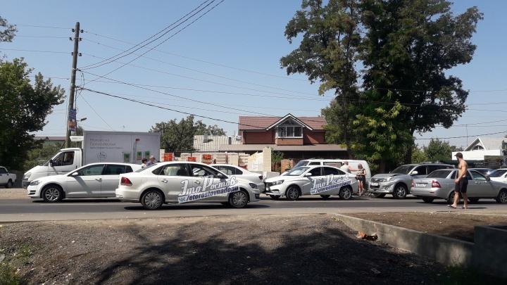 Въехали друг в друга «паровозиком»: в Ростове столкнулись четыре автомобиля