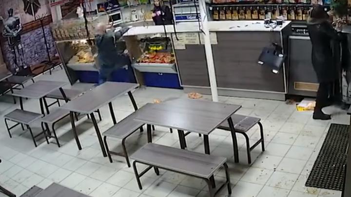 В Сызрани буйные клиенты кафе разгромили стеклянную витрину