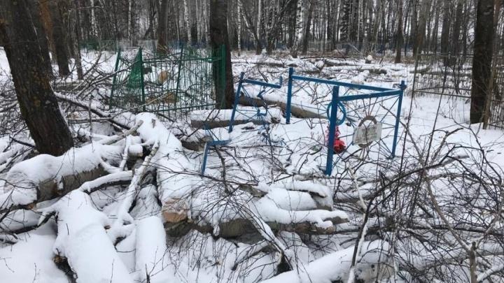 В Башкирии во время уборки на кладбище разгромили несколько могил