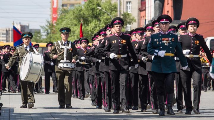 Школьники в мундирах отметили день рождения на площади Ленина
