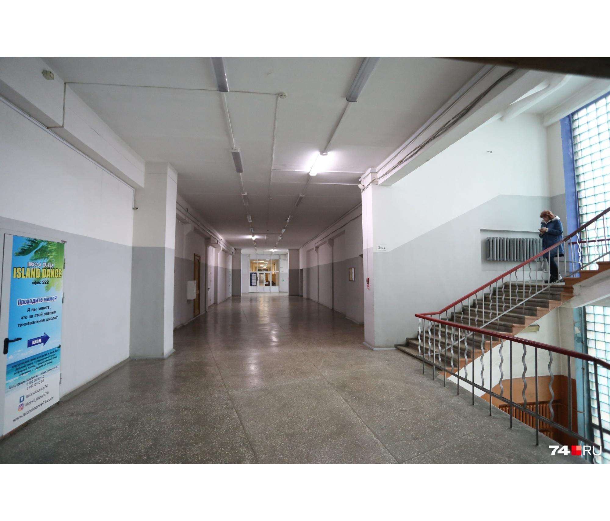 Здесь длинные коридоры и высокие потолки
