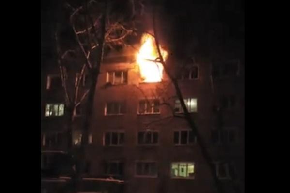 Сильный пожар начался вчера на верхнем этаже пятиэтажки в Нефтяниках