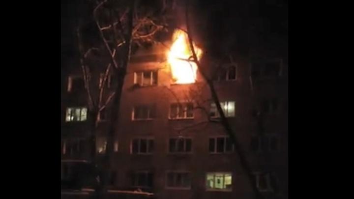 Пожар в Лукьяновке: из горящего дома вывели 20 человек