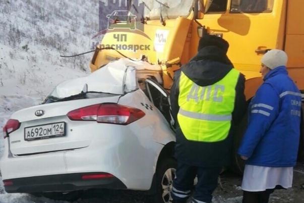 Под Уяром автомобиль такси влетел под грузовик. Погиб водитель