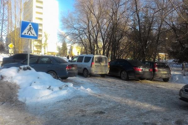 Машины занимают площадку у детского сада прямо на пешеходном переходе, а руководство сада утверждает, что паркуются тут в основном курсанты и сотрудники НВВКУ