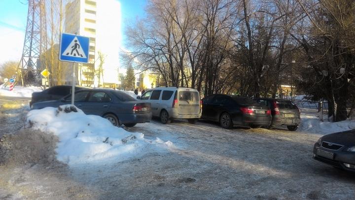 Курсанты военного училища устроили парковку у ворот детского сада