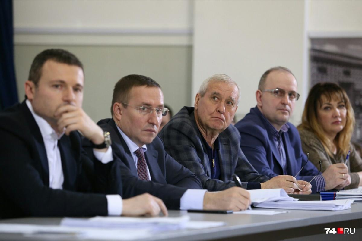 Слева направо: Илья Мительман, Сергей Овчинников и Виталий Рыльских принимают решения на публичных слушаниях