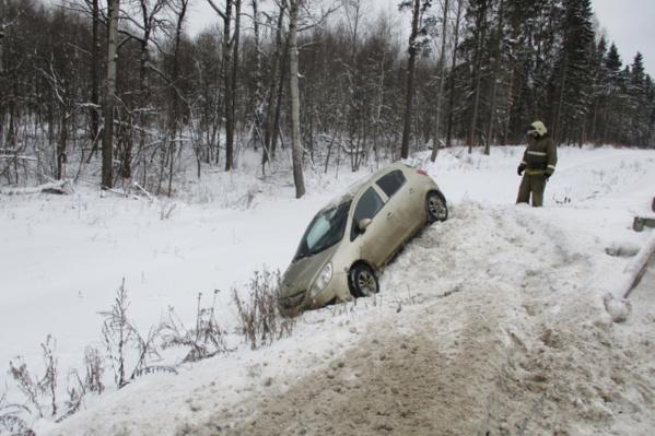Машину из сугроба пришлось доставать спасателям