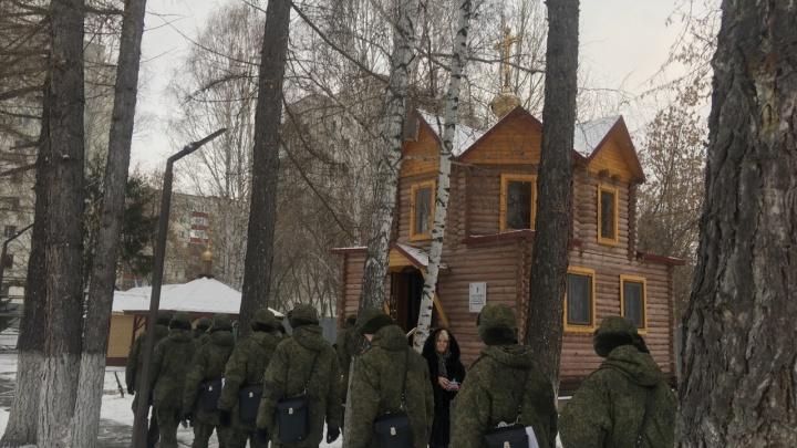 Сослуживцы умершего курсанта из ТВВИКУ пришли на панихиду. Репортаж из часовни