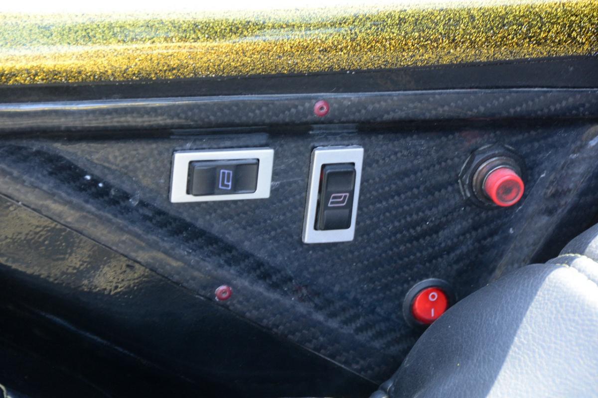 Для этого предусмотрен электропривод: вот его кнопки на боковой панели