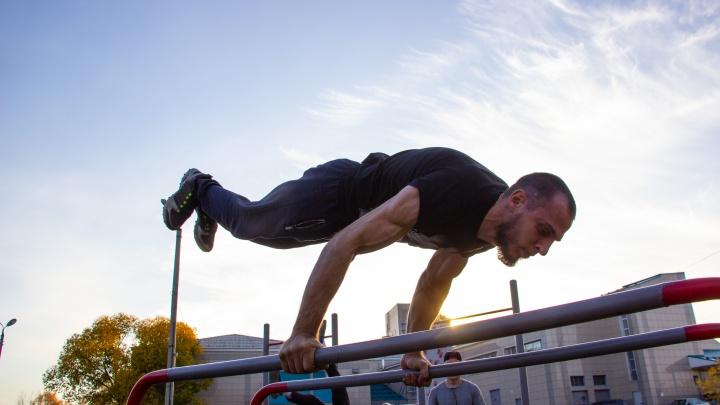 «Все ограничения находятся у людей в голове»: омич с ДЦП занимается воркаутом и бьёт рекорды России