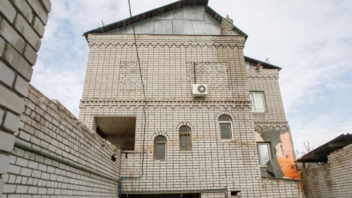 «Согласятся сносить вместе с людьми?»: в Волгограде ищут фирму, которая уничтожит дом на Рахинской