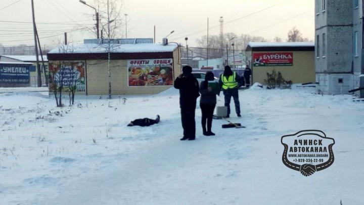 В Ачинске под окнами дома нашли тело застреленного мужчины