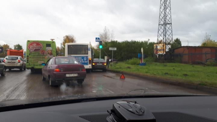 «Киа» против пазика: на Промышленном шоссе маршрутка зажала легковушку