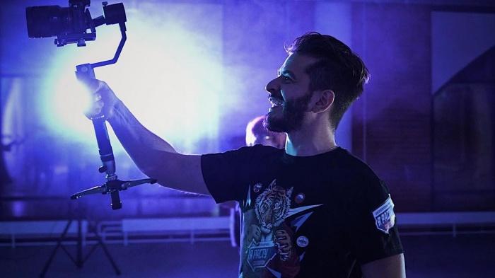 На фото — Георгий Бондарь во время съёмок