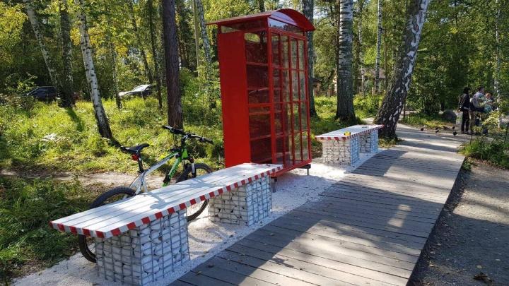 В Академгородке поставили английские телефонные будки с книгами