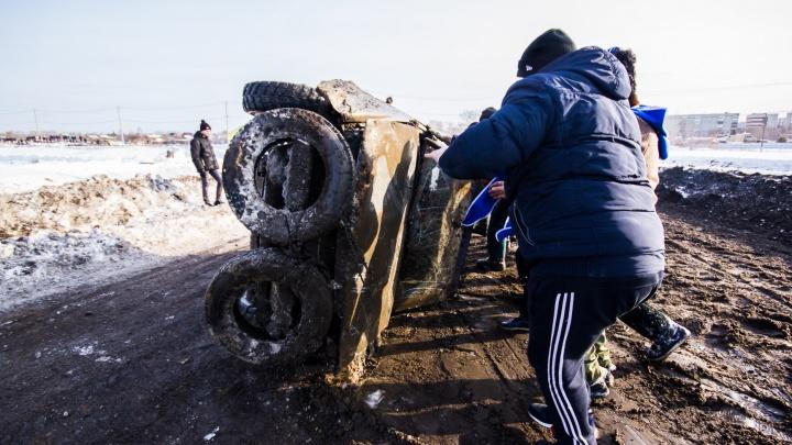 Автомобили бились, переворачивались и таранили друг друга: в Богдановиче устроили гонки на выживание
