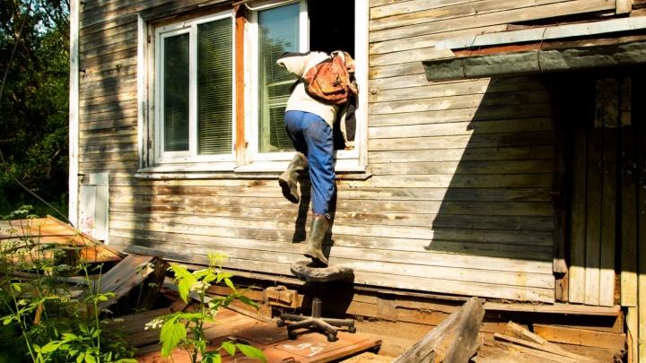 «Мой дом поехал»: жуткие истории трех домов в Архангельске, которые этим летом сошли со свай