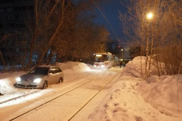 Трамвайный затор произошёл рядом с домом по улице Вертковской, 100
