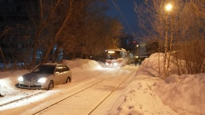 Машина перегородила пути на Вертковской — пассажиры трамвая пытались её вытолкнуть, но не смогли