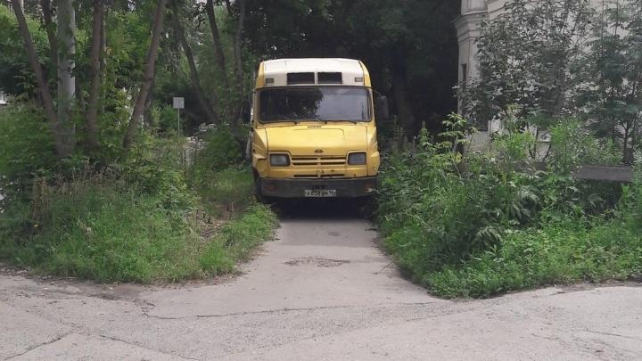 """""""Я паркуюсь как..."""": наглый Porsche на тротуаре, Jaguar-инвалид и грузовик в кустах"""