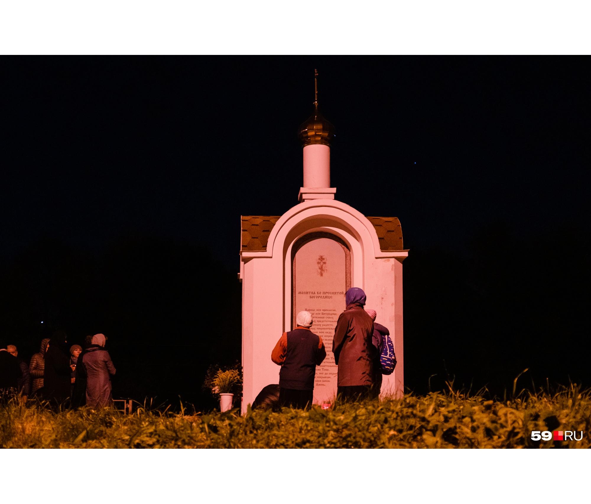 После панихиды многие поехали на могилы погибших — она находятся на Северном кладбище