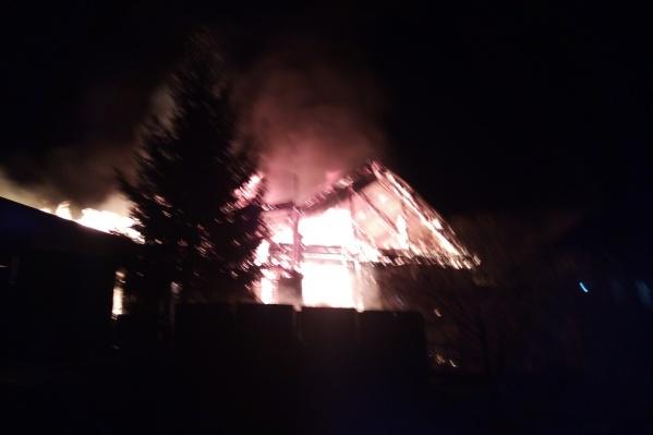 Огонь в считаные минуты охватил дом и перекинулся на соседние строения