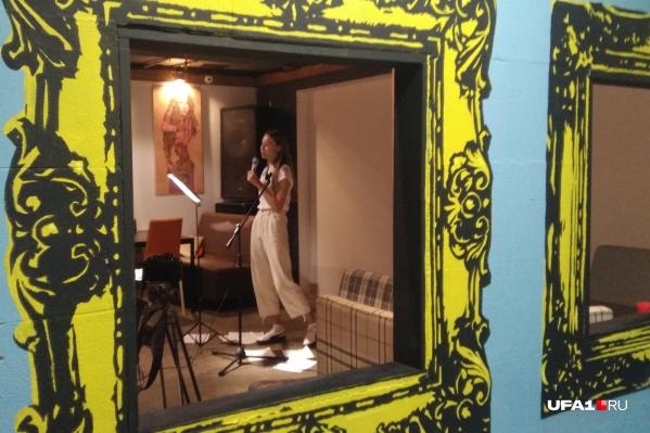 Арина читала свои стихотворения впервые, вечер провели на площадке Центра современного искусства «Облака»