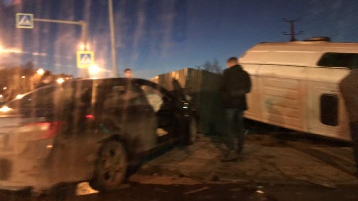 На Красноглинском шоссе «Газель» столкнулась с иномаркой и перевернулась