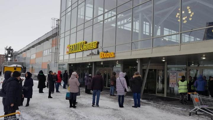 «Выгнали без одежды»: в Академгородке экстренно эвакуировали торговый центр