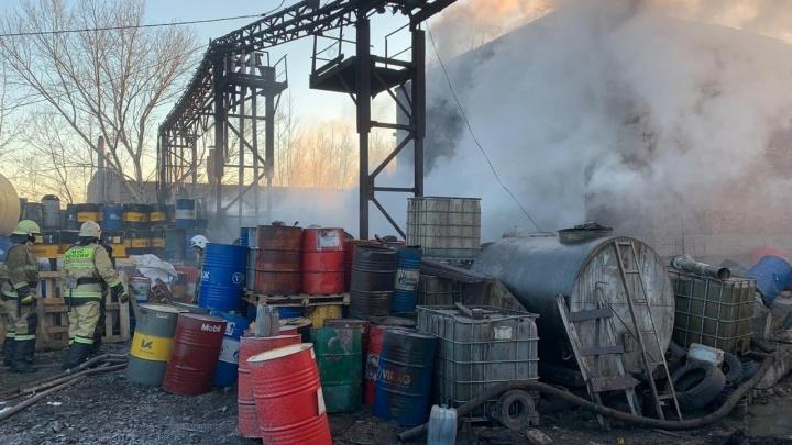 Черный дым в небе: в Уфе загорелся склад с нефтепродуктами