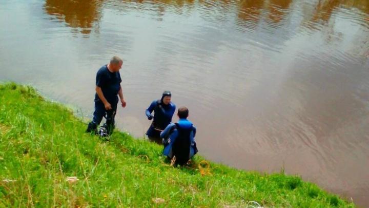 В Тюменской области водолазы обследуют реку в поисках ребенка