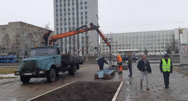 «Полная замена дерева и крепежей»: как изменятся скамейки, увезенные с площади Ленина на ремонт