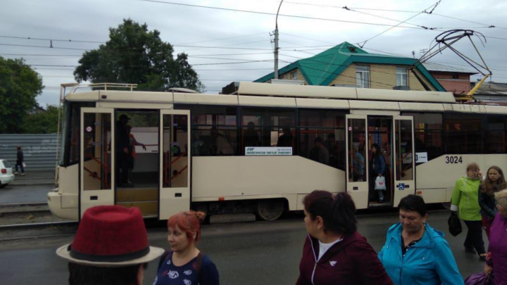 Трамвай № 13 загорелся на ходу — водитель залил огонь водой и поехал дальше