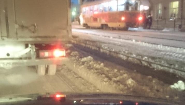«Не дорога, а тропинка»: в Пионерском водители встали в пробку из-за неубранного снега