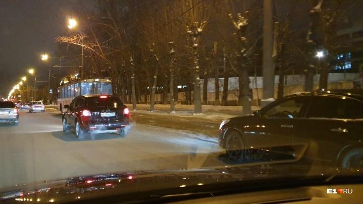 «Трамваи с рельсов могут сойти»: проспект Космонавтов залило холодной водой