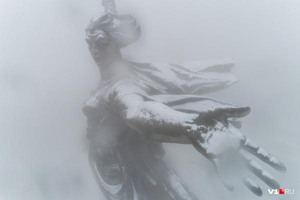 Первый снег добавил «Родине-матери» благородной «седины»