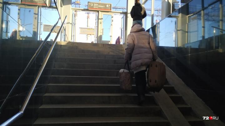 Можно будет не тащить чемодан на себе: новый переход на ж/д вокзале Тюмени оснастят большими лифтами