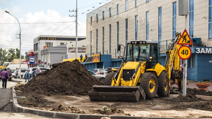 За день не пророс: рабочие сгребли с асфальта новый газон