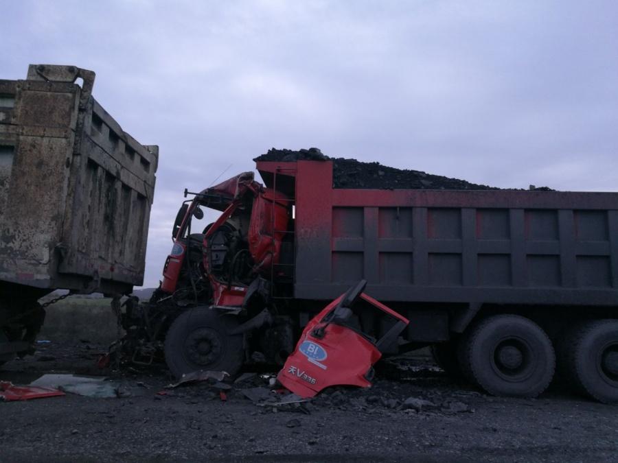 ВНовосибирской области встолкновении 2-х фургонов умер шофёр
