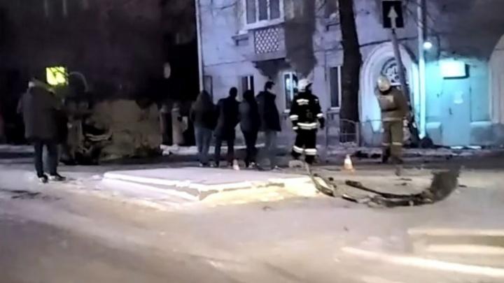 В центре Омска BMW опрокинулся на бок после столкновения с «Мерседесом»