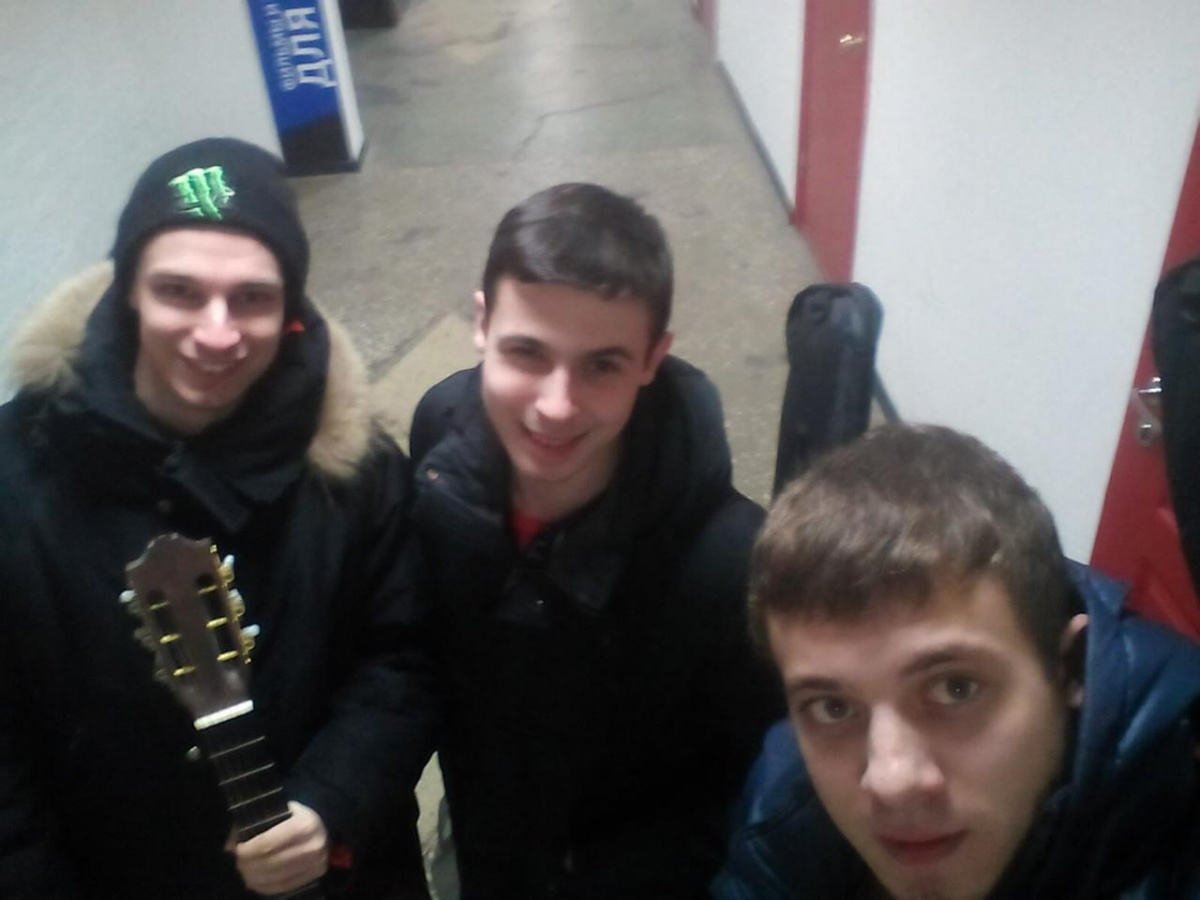 На фото Георгий — слева. Он барабанщик