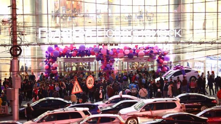 Толпы посетителей устроили давку в «Галерее Новосибирск» из-за розыгрыша машины и концерта Джигана